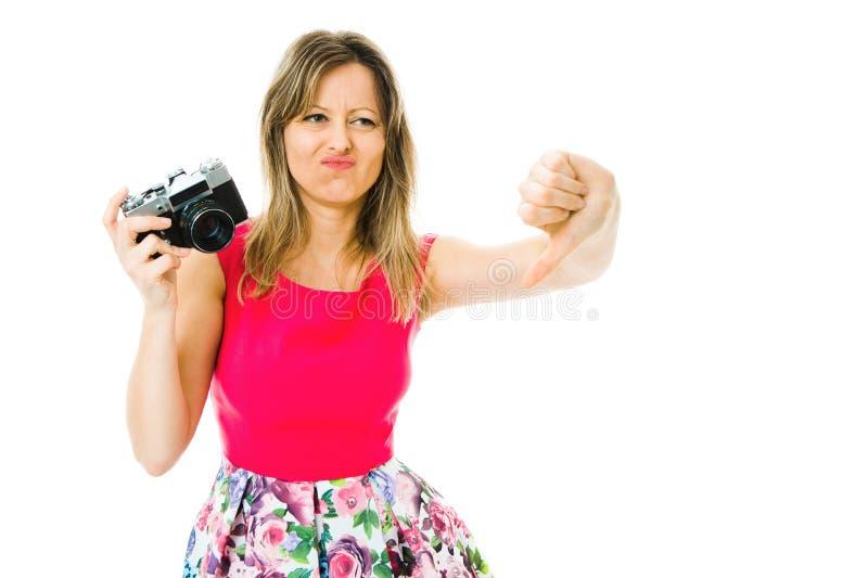 洋红色礼服的一名妇女有葡萄酒模式照相机的-下来重击 库存照片