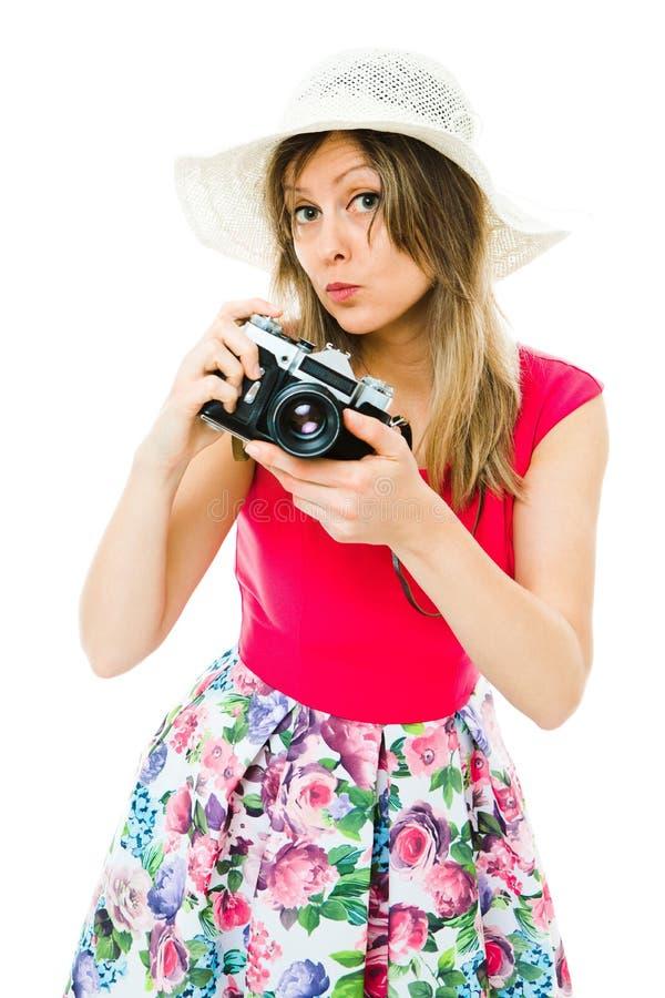 洋红色礼服的一名妇女有葡萄酒模式照相机的 库存照片