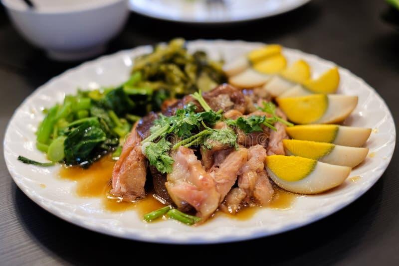 洒与与分裂的香菜服务煮沸的被炖的猪肉腿 免版税库存图片