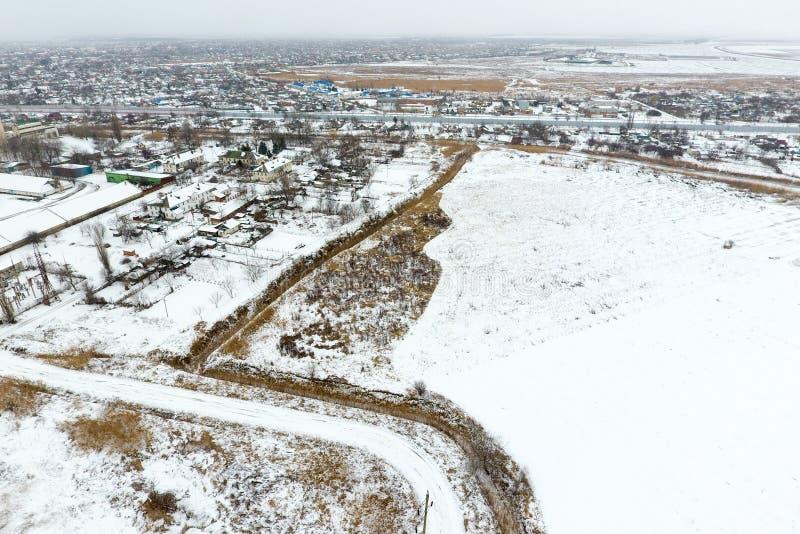 洒与雪谷物仓库 老苏联电梯的冬天视图 从村庄的概略的看法的冬天视图 免版税库存照片