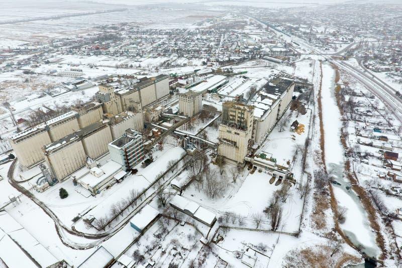 洒与雪谷物仓库 老苏联电梯的冬天视图 从村庄的概略的看法的冬天视图 免版税库存图片