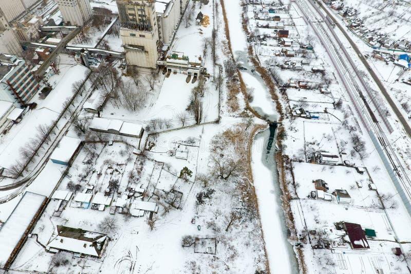 洒与雪谷物仓库 老苏联电梯的冬天视图 从村庄的概略的看法的冬天视图 免版税图库摄影