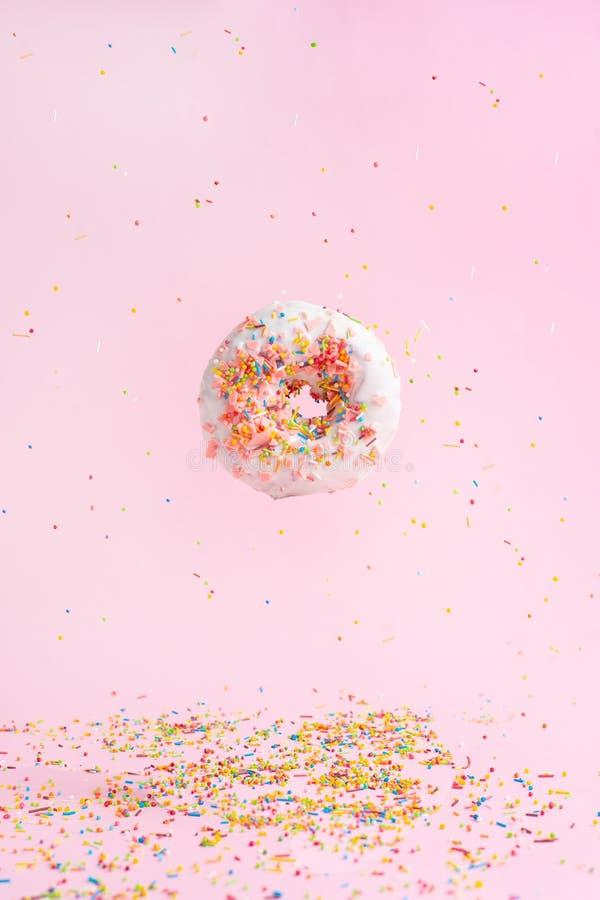 洒桃红色多福饼 多彩多姿洒在桃红色背景的多福饼 弗罗斯特在天空中 免版税库存照片
