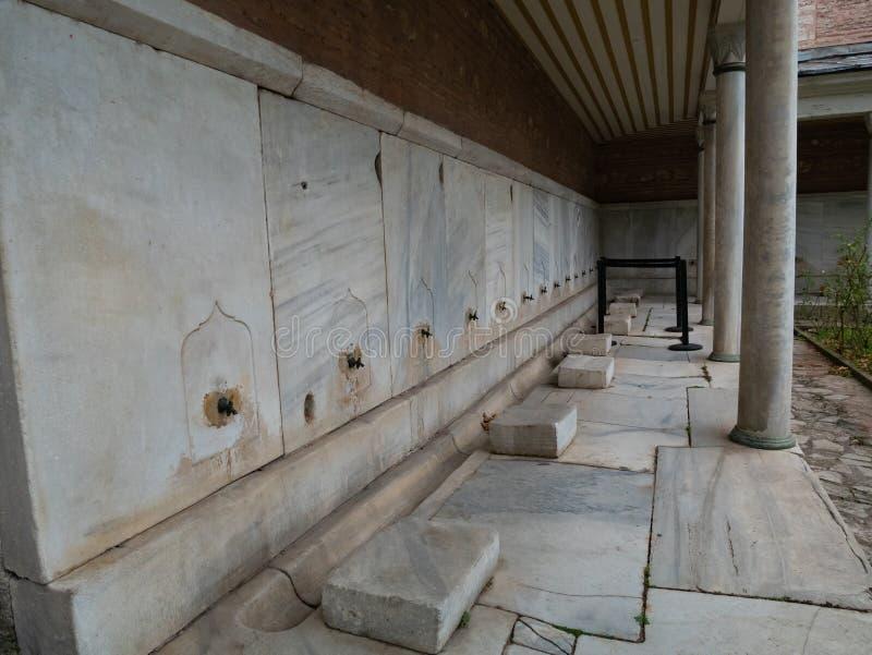 洗净液的地方前面在清真寺祈祷 免版税库存照片