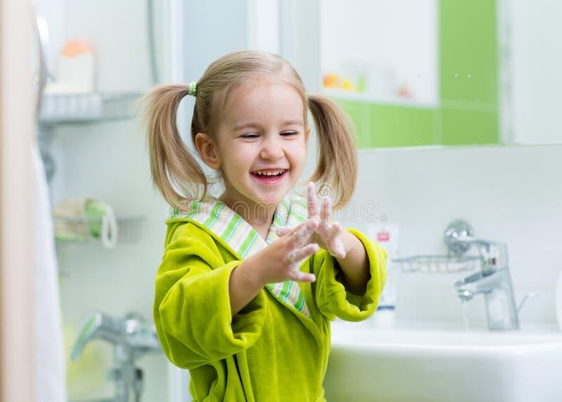 洗和显示肥皂的手的孩子 库存图片