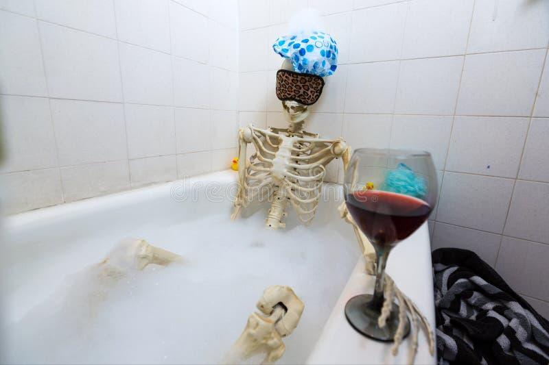 洗在一个脏的米色肮脏的木盆的骨多的骨骼一次泡末浴 免版税库存照片