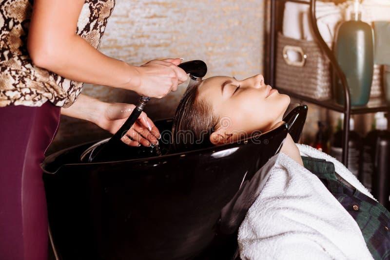 洗在发廊的头发妇女的画象  免版税库存图片