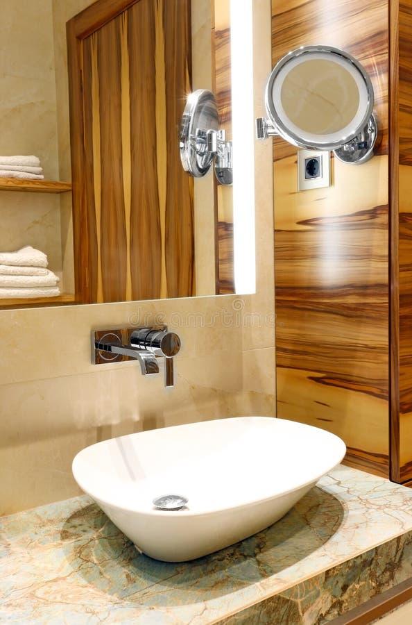 洗手盆和镜子 免版税图库摄影