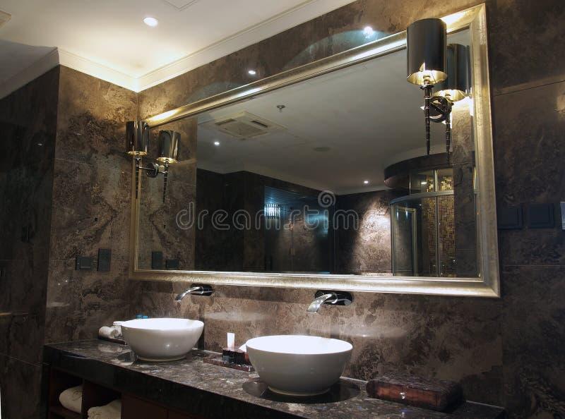 洗手间下沉镜子 库存照片