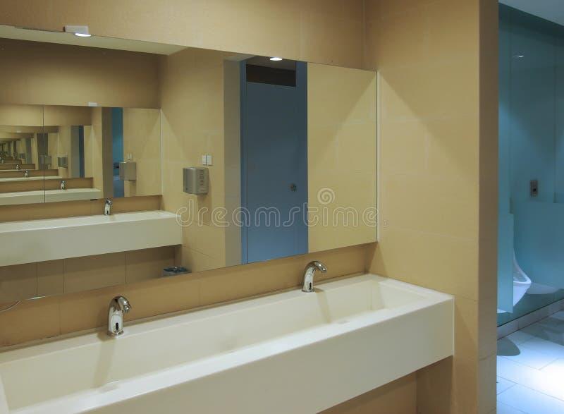 洗手间下沉镜子 图库摄影