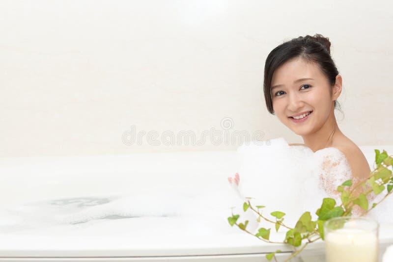 洗松弛浴的妇女 免版税库存照片