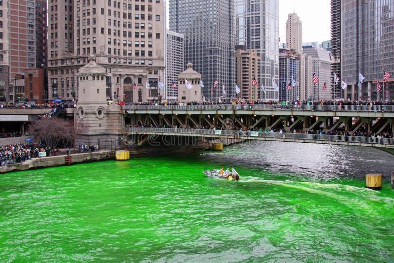 洗染绿河的芝加哥 图库摄影