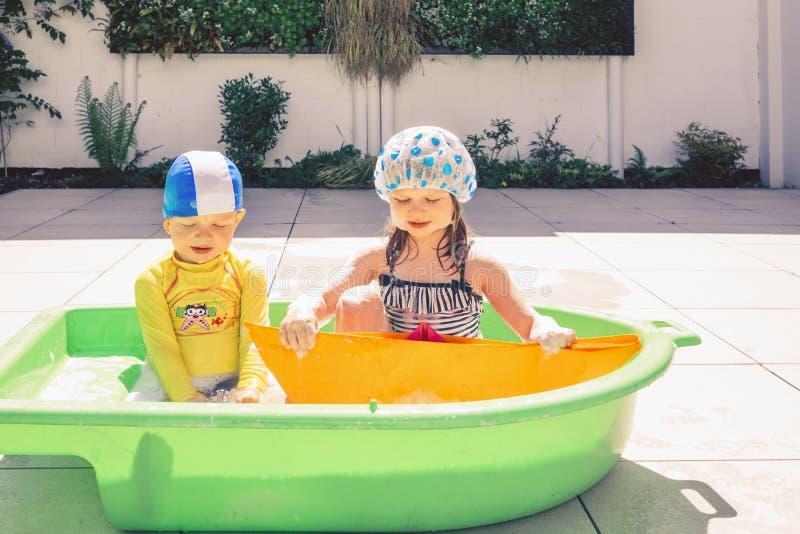 洗浴的兄弟和姐妹室外 库存图片