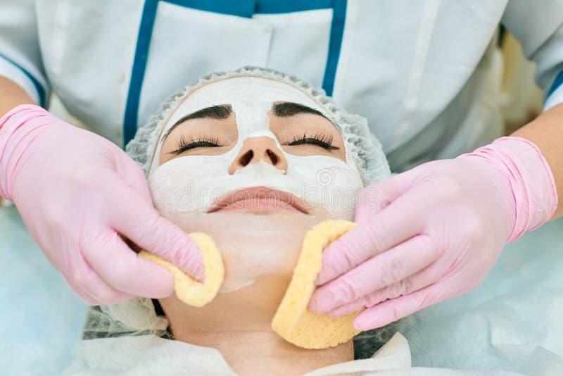 洗涤与硬件,粉刺治疗的整容术室、治疗和皮肤 库存图片
