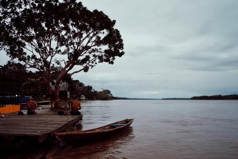 洗涤和淋浴在河的河岸的地方村民在晚上期间 免版税库存图片