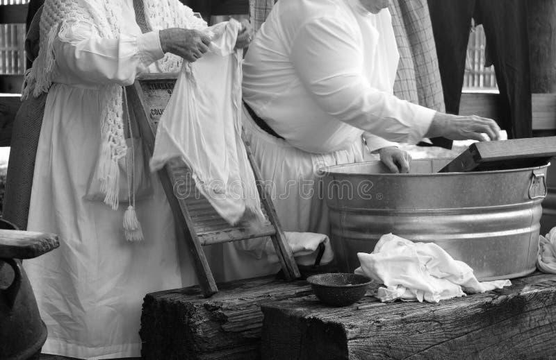 洗涤妇女的衣裳 免版税库存照片