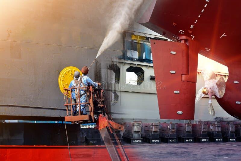 洗涤或清洗由在推进器的喷水的高压的Orker在重建下 库存照片