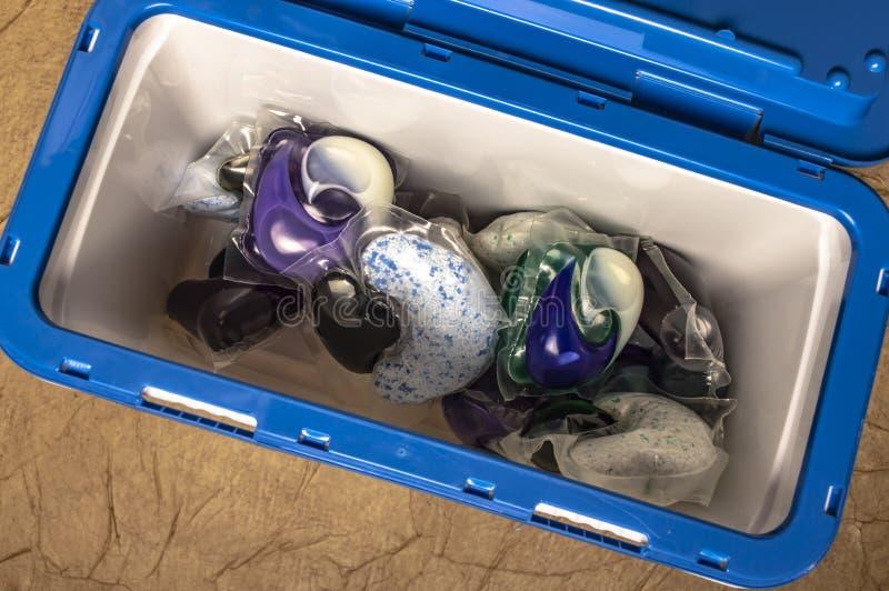 洗涤的色的胶凝体胶囊在一个塑胶容器特写镜头 免版税图库摄影