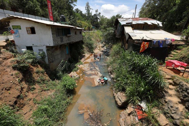 洗涤的衣裳在一条河在斯里兰卡 库存图片