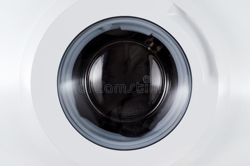 洗涤的黑色衣服,闭合的洗涤机器特写镜头 免版税库存照片