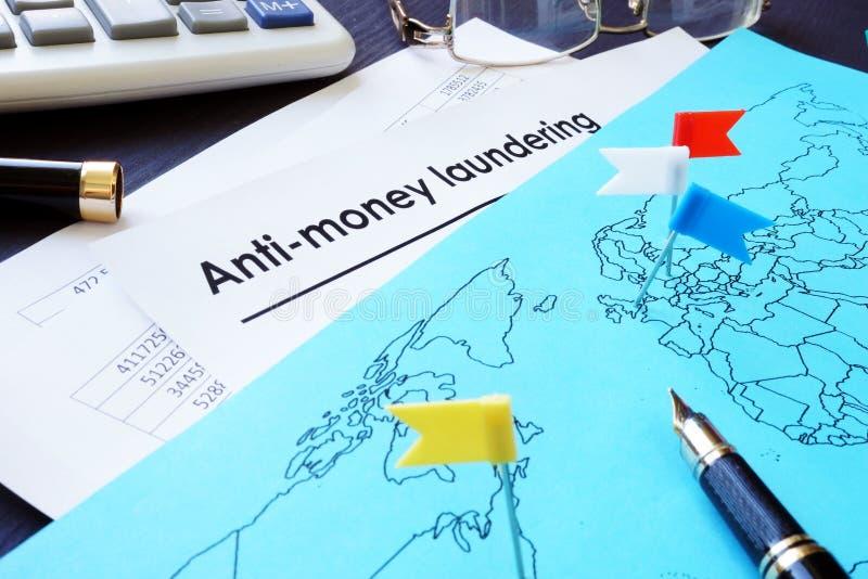 洗涤AML文件和世界地图的反金钱 免版税库存照片