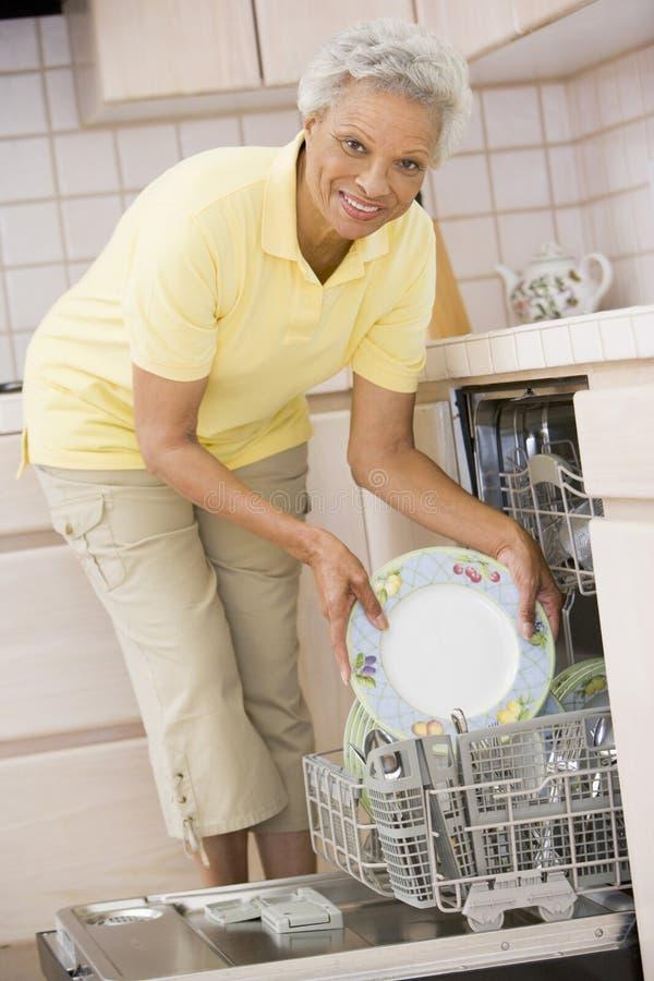洗碗机装载妇女 免版税库存照片