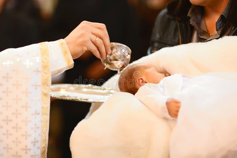洗礼仪式在教会里 选择聚焦 基督教的概念 库存照片