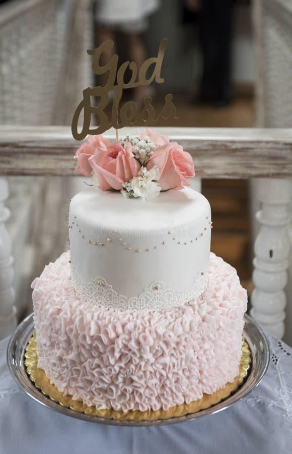 洗礼仪式女孩的蛋糕 用玫瑰装饰 免版税图库摄影