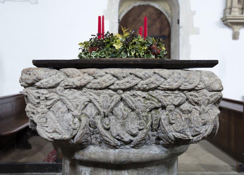 洗礼字体的内部细节圣劳伦斯湾教会,上升的城堡,诺福克,英国- 2015年12月13日 免版税库存图片