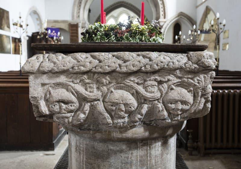 洗礼字体的内部细节圣劳伦斯湾教会,上升的城堡,诺福克,英国- 2015年12月13日 库存照片