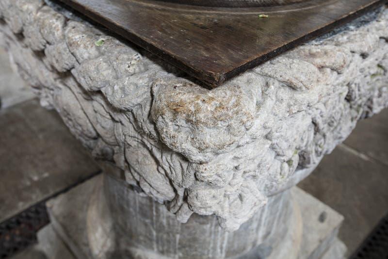 洗礼字体的内部细节圣劳伦斯湾教会,上升的城堡,诺福克,英国- 2015年12月13日 免版税库存照片