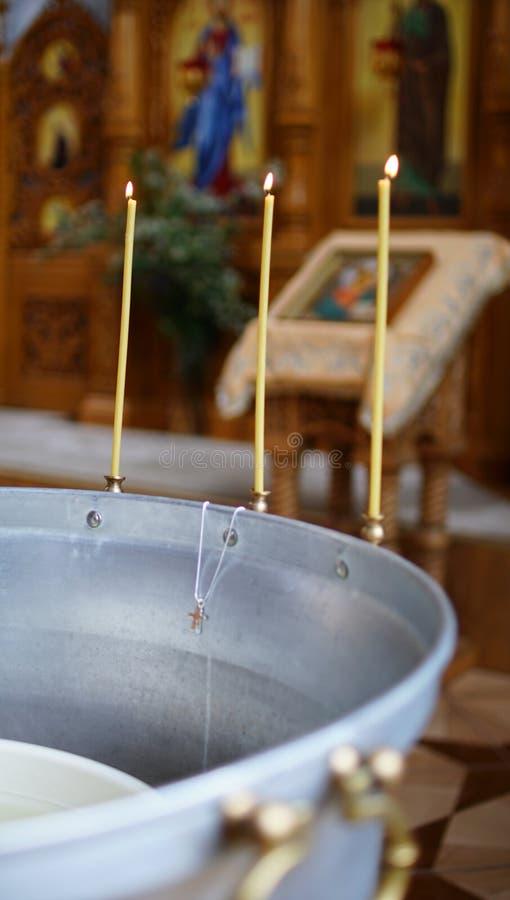 洗礼盘在孩子洗礼仪式的一个ortodoxal教会里  库存图片