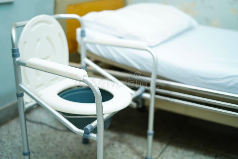 洗脸台椅子或流动洗手间能移动卧室或到处为年长老障碍人们或患者 图库摄影