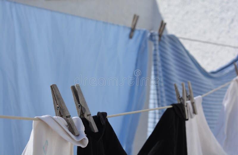洗衣店天,在线的衣裳 免版税库存照片