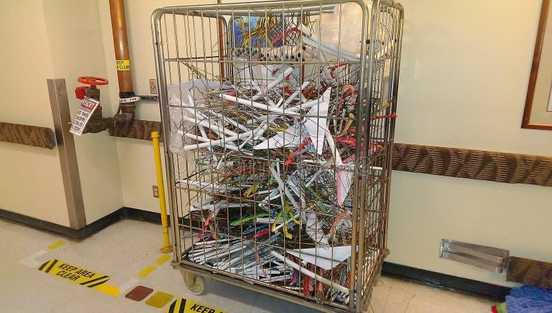 洗衣店容器用在一个禁区停放的晒衣架填装了 免版税库存图片