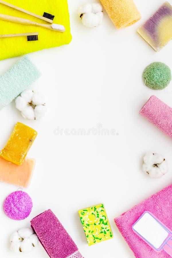 洗衣店的与棉花毛巾框架的产品和健康在白色背景顶视图拷贝空间 免版税图库摄影