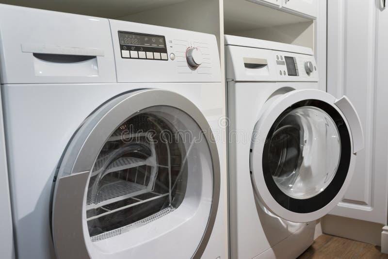 洗衣机、烘干机和其他家用电器设备在房子里 免版税图库摄影