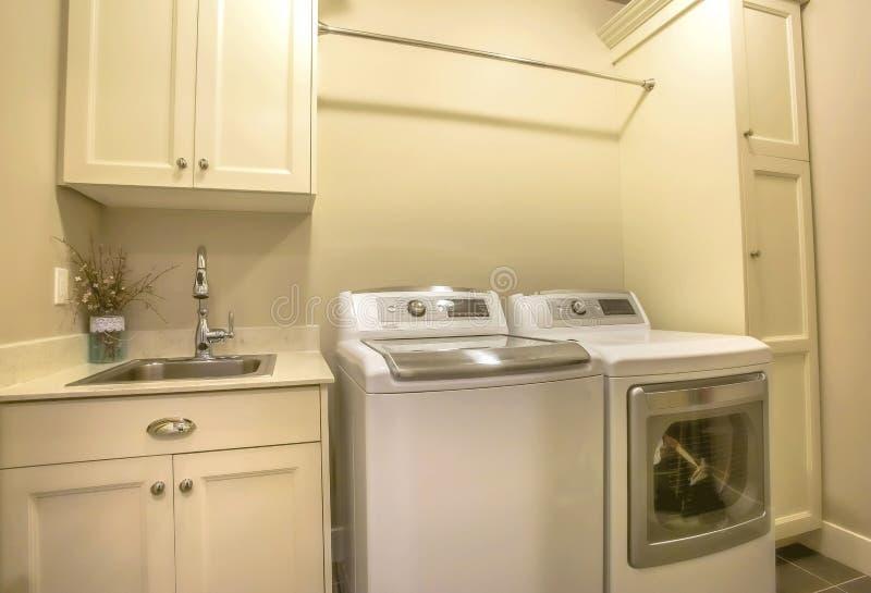 洗衣机和烘干机在房子的洗衣房里面 库存照片