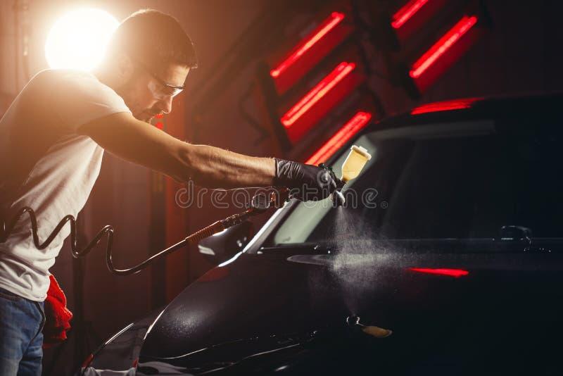 洗车和涂层事务与陶瓷涂层 对汽车的喷洒的油漆 库存图片