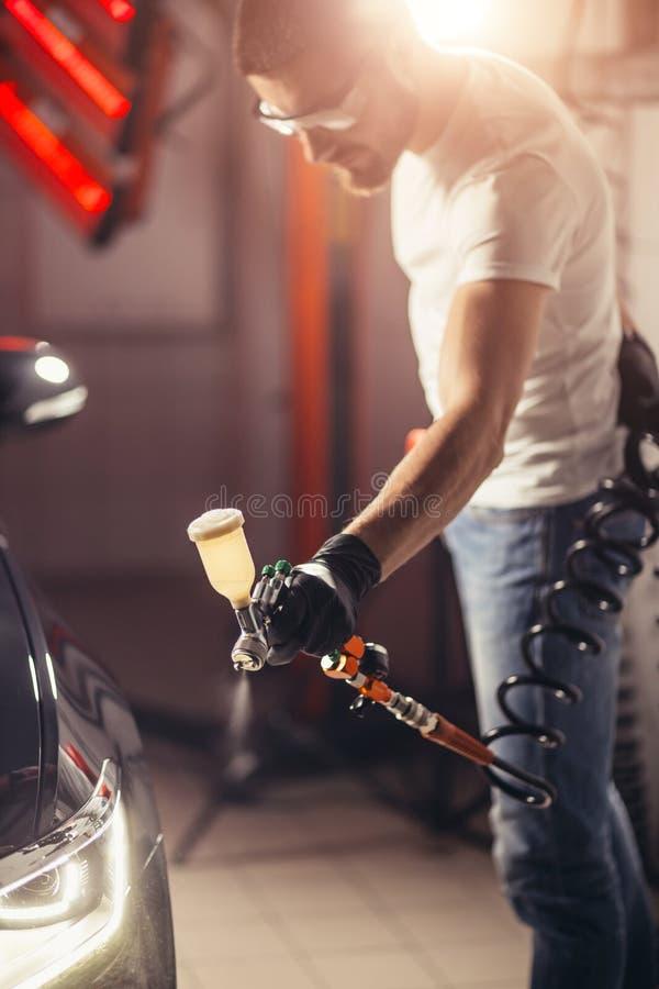 洗车和涂层事务与陶瓷涂层 对汽车的喷洒的油漆 库存照片