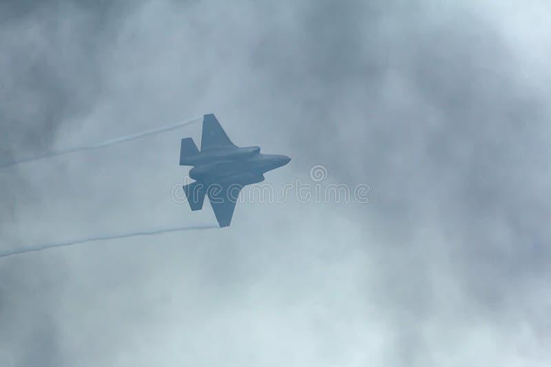 洛克希德马丁F 35闪电飞行通过烟的II 库存图片