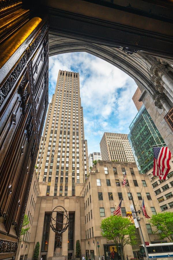 洛克菲勒中心公司,它从天主教圣巴特利爵主教座堂,纽约观看了 免版税库存图片