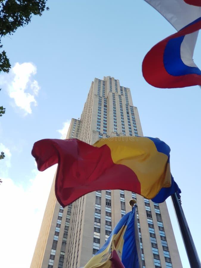 洛克菲勒中心在纽约美国 对罗马尼亚旗子的特写镜头 库存图片