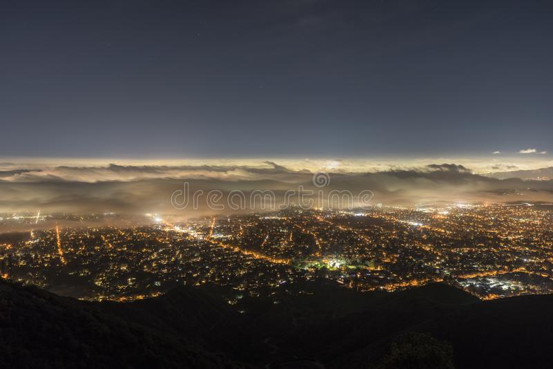 洛杉矶夜雾山顶视图 库存照片