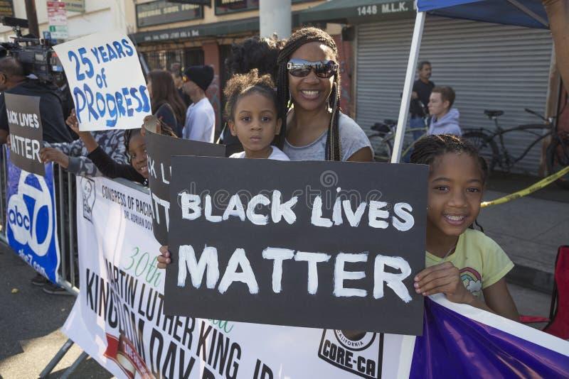 洛杉矶,加利福尼亚,美国, 2015年1月19日,第30每年马丁路德金小 王国天游行,妇女举行标志黑生活 免版税库存照片