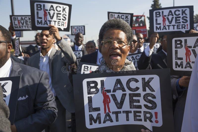 洛杉矶,加利福尼亚,美国, 2015年1月19日,第30每年马丁路德金小 王国天游行,妇女举行标志黑生活 库存照片