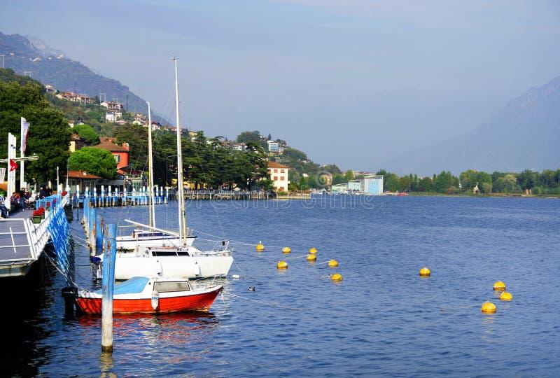 洛韦雷,意大利,2018年10月20日:洛韦雷镇小游艇船坞  库存照片