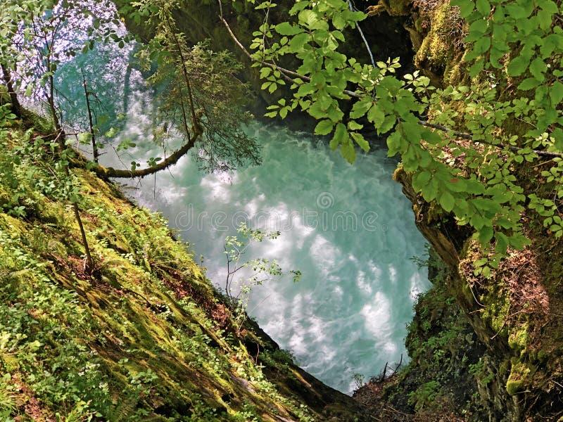 洞和来源由高山湖瓦吉塔莱尔湖或Waegitalersee,Innerthal的Hundsloch 免版税库存照片