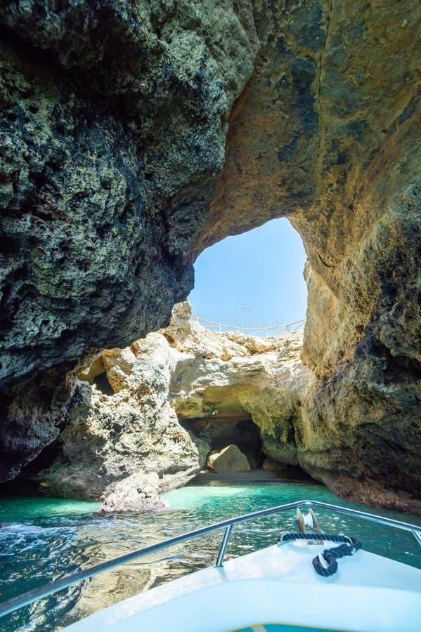洞穴洞,绿松石盐水湖,石灰石峭壁看法可以乘在阿尔加威,葡萄牙海岸的经验小船参观, 免版税库存图片