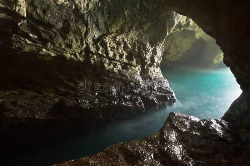 洞穴顶头岩石 免版税图库摄影